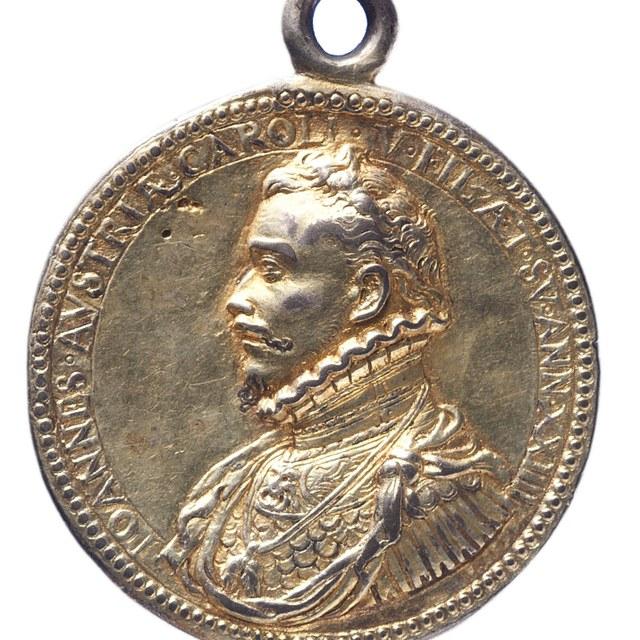 Overwinning door Don Juan, opperbevelhebber der Spaanse vloot, bij Lepanto op de Turken behaald, draagteken.