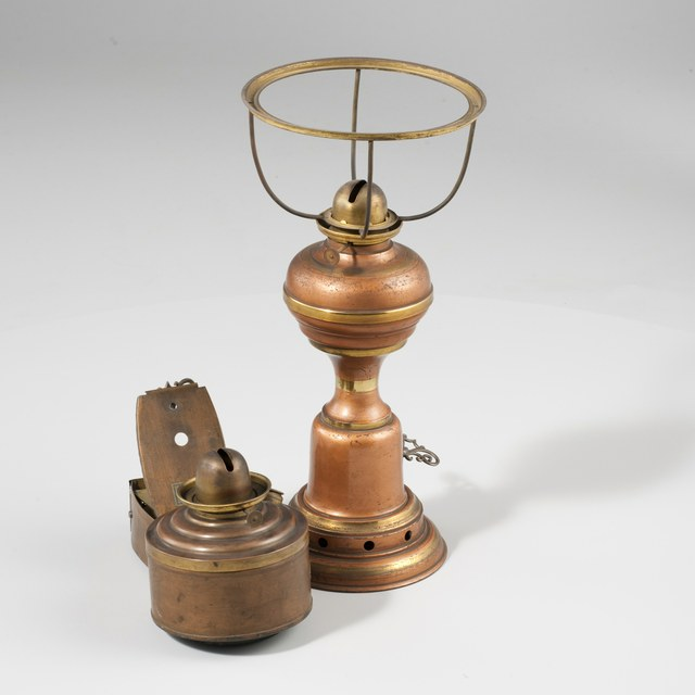 Oil lamp with air inlet