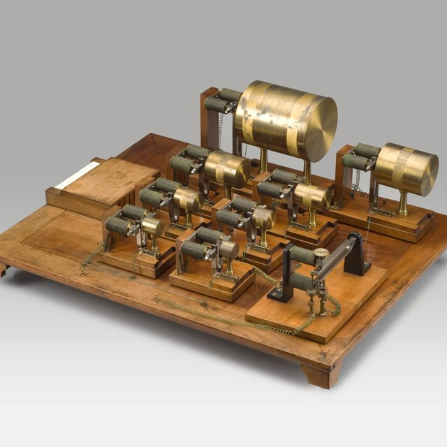 Sound synthesizer, after Helmholtz; 8 resonators and forks