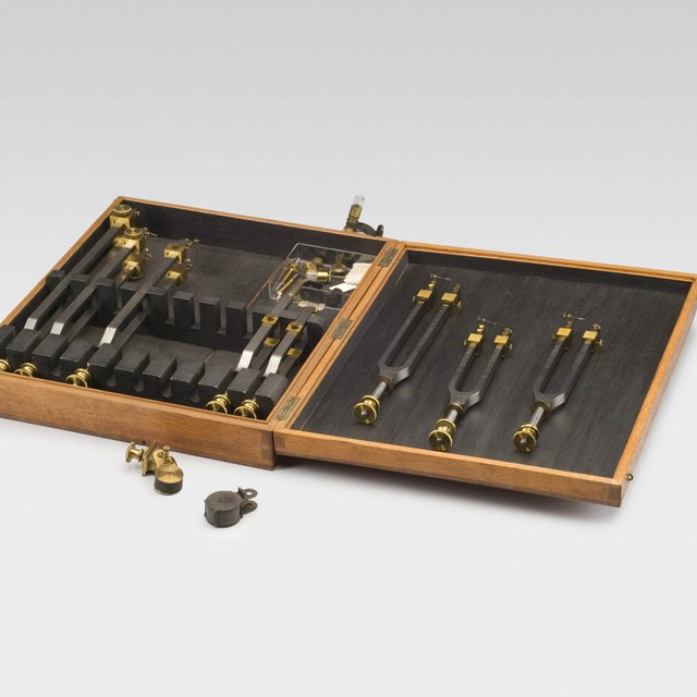 Box with 9 out of 10 tuning forks for 280