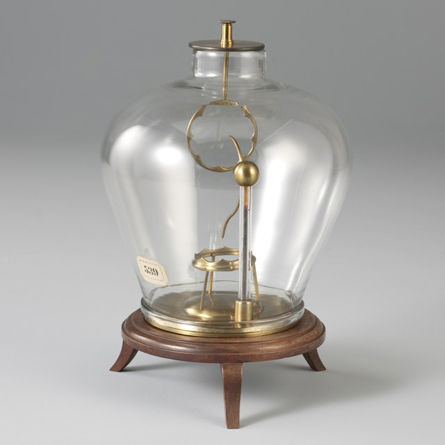 Discharge bell-jar with vertical and horizontal ring, with a conductor in between