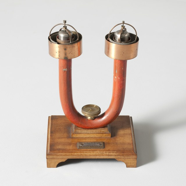 Horseshoe magnet with pair of Ampère's buckets