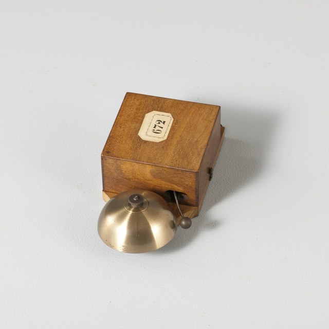 Electric bell intended to hang on wall
