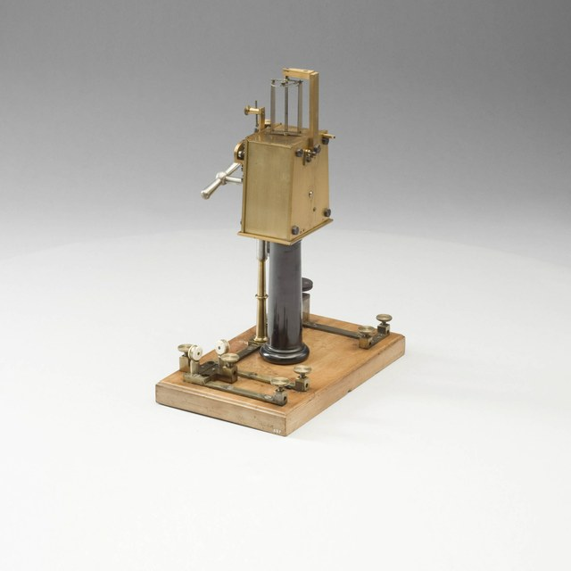 Electric interrupter, controlled by a clockwork mechanism