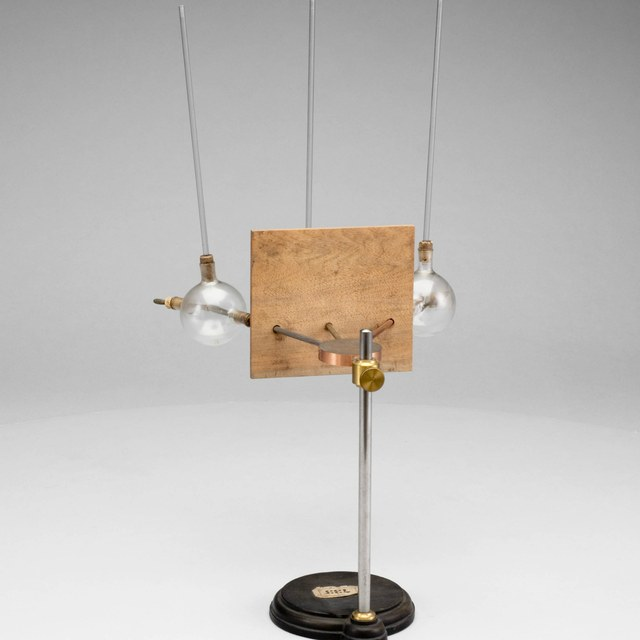 Device to demonstrate differences in heat conductivity of metals, after Noack