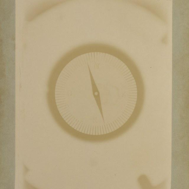 Röntgenfoto door W.C. Röntgen, kompas in dichte metalen doos.