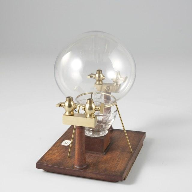 Verbrandingskamer voor waterstof, naar Martinus van Marum. Glazen ballon met toevoerbuizen en kranen
