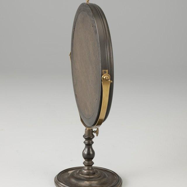 Bolle spiegel op voet