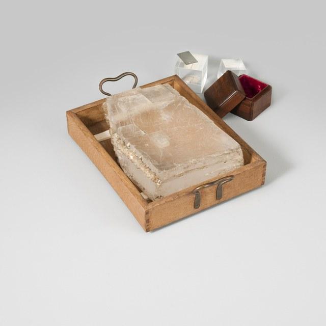 Houten doosje met gepolijste kubus van kalkspaat