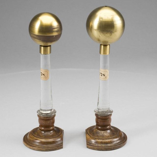 Twee bolvormige geleiders van ongelijke diameter op geïsoleerde glazen voet