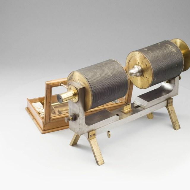 Sterke elektromagneten met hulpstukken, voor dia- en paramagnetische onderzoekingen, naar Faraday