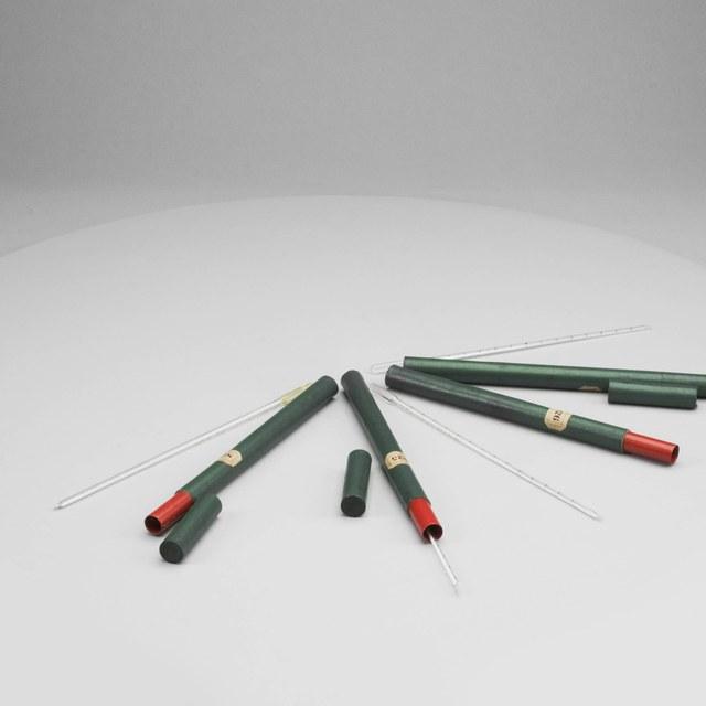 Vier vloeistofthermometers, gevuld met ether (825), alcohol, water en olie