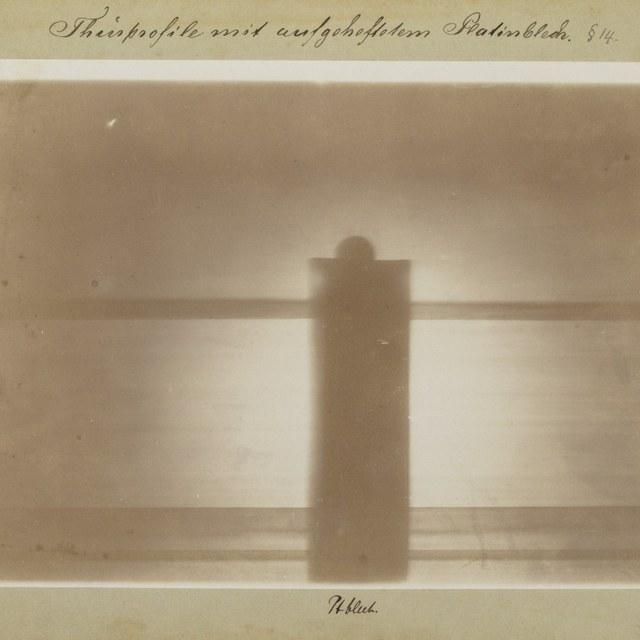 Röntgenfoto door W.C. Röntgen, deurpost van Röntgens laboratorium, met een plaatje platina erop aangebracht.