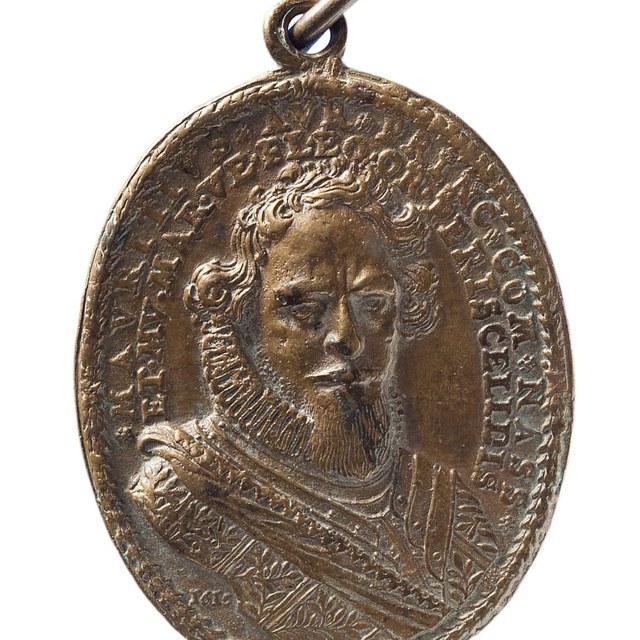 Prins Maurits, leuspenning van de Contra-Remonstranten (1615), volgens veilinghouder Bom: bij Maurits' verkiezing tot Ridder in de Orde van de Kousenband..
