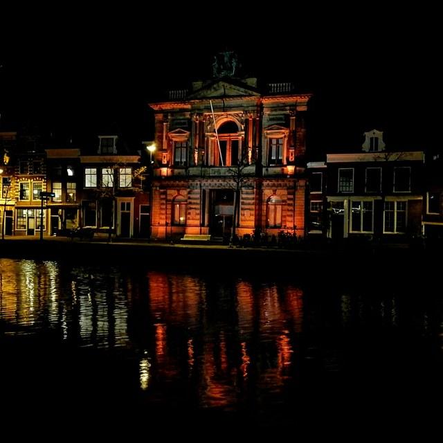 Teylers Museum in het oranje licht